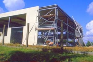 Baubeginn und Fertigstellung der erweiterten Produktionshalle